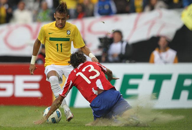 Neymar disputa a bola com Jogador do Paraguai, 17 de Julho de 2011 (foto: MOWA PRESS)