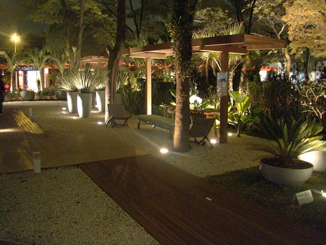 iluminacao jardim verde:Iluminação diferente deixa seu jardim com efeito cenográfico (foto