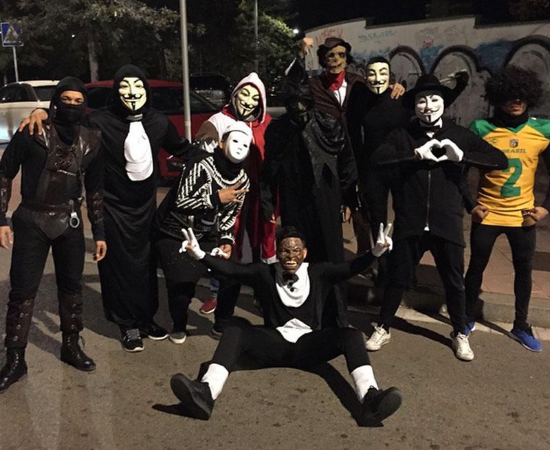 Neymar posta foto no Instagram com mascarados no Carnaval