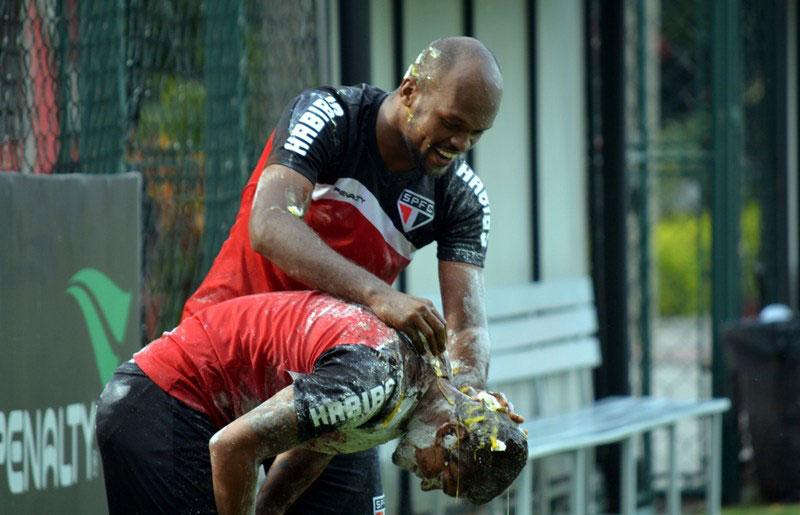 Meio-campista do São Paulo FC leva ovada após treino