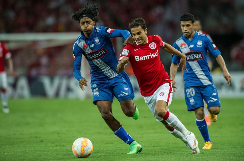 Em jogo brigado, Internacional ganha do Emelec pela Libertadores