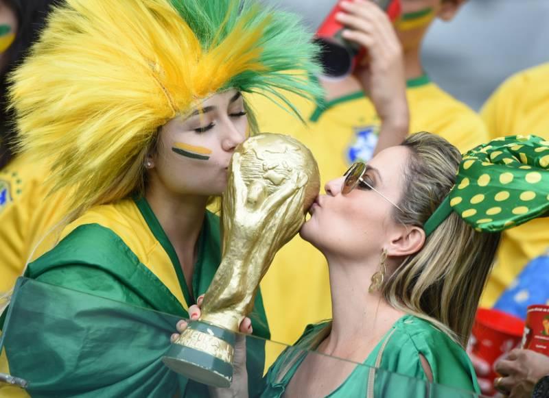 Torcedores fazem a festa antes o jogo do Brasil contra a Alemanha (foto: Bruno Domingos / Mowa Press)