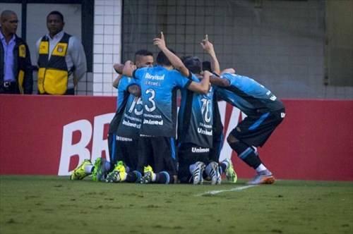 Grêmio ganha do Santos FC na Vila e fica vice-líder do Campeonato Brasileiro 2015