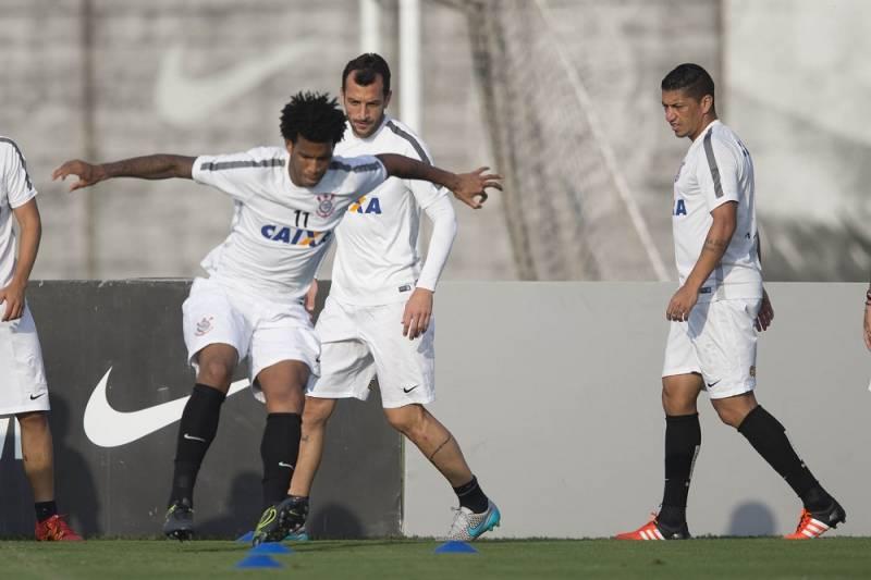 Jogo Corinthians x Goiás deve ter presença de Gil e Renato Augusto