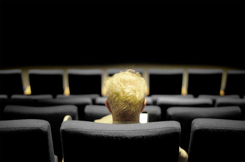 Sim, você pode ir ao cinema sozinho