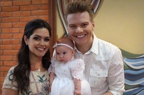 Thaís Fersoza e Michel Teló postam sobre batizado de Melinda