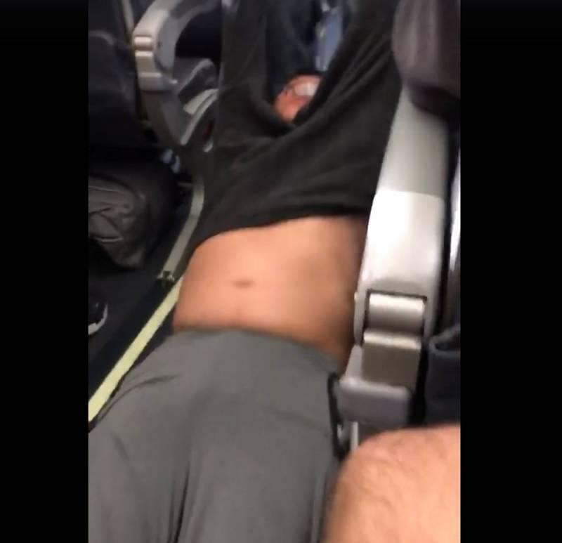 Vídeo no Facebook mostra homem sendo arrancado de avião nos EUA