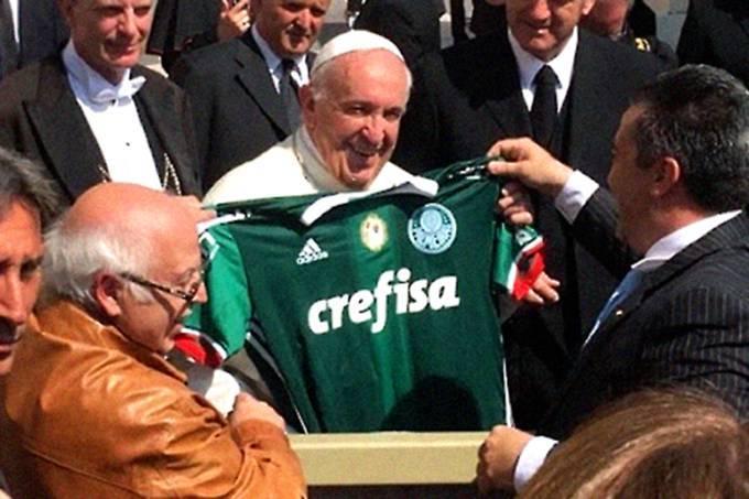 Foto de Papa com camisa do Palmeiras pode virar problema na Justiça