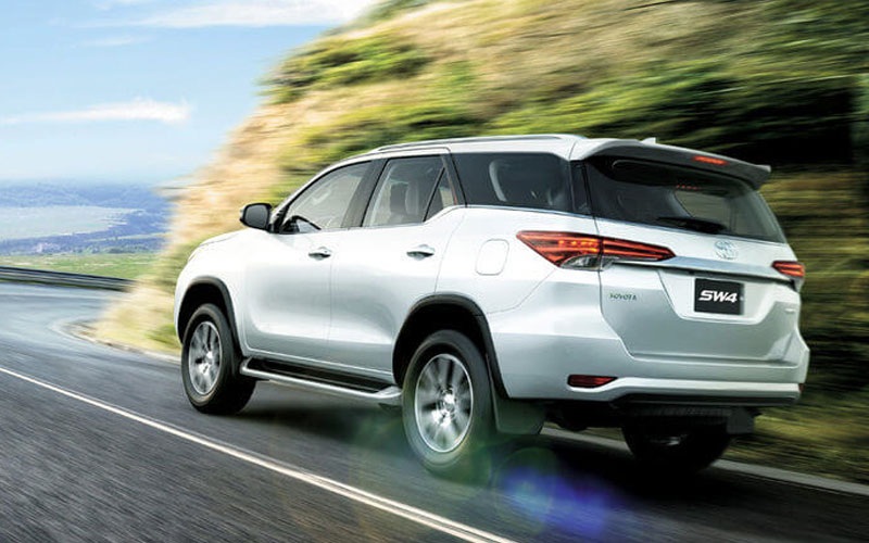 Nova Toyota Hilux SW4 2018 chama a atenção quando chega