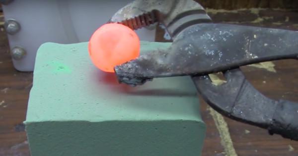 Colocar um bola quente de metal em uma espuma floral rende alguns resultados inesperados